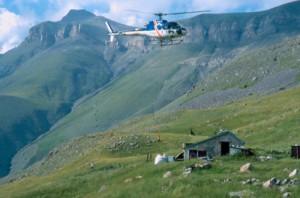 2003, l'hélicoptère dépose les big-bags devant la cabane du Croui, Estrop (Péone)
