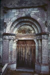 le portail de l'église de Maurin en marbre rose de Maurin