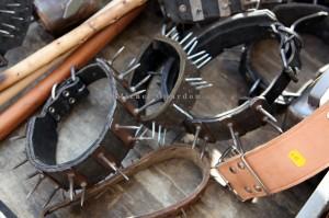Foire de la St-Michel, Barcelonnette, 2011. Colliers de protection pour les chiens contre les attaques de loups