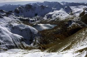 le lac d'Allos (2200m) vu du Mont Pelas (3050m), en novembre 1982